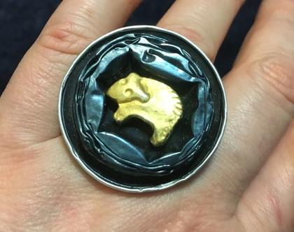 טבעת מיוחדת בירוק כהה עם כבש זהוב