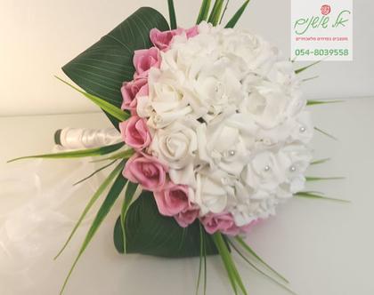 זר כלה מלאכותי לבן מוקף ורדים ורודים