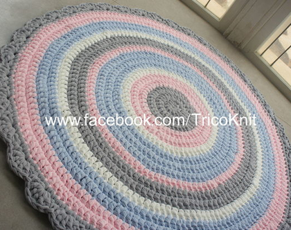 שטיח עגול סרוג בגוונים ורוד, תכלת, אפור ושמנת בקוטר 1.20 מטר