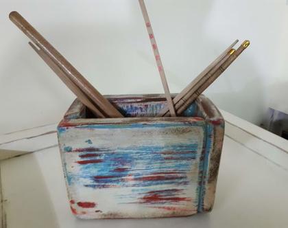 קופסת אחסון מעוצבת מעץ ממוחזר / צביעה בשכבות / צבעים כחול ואדום בסגנון וינט'ג