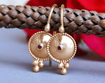 עגילי זהב אדום , עגילי זהב ורובי, אבן רובי טבעי, עגילי זהב תלויים, עגילים לאישה, עגילי זהב עדינים, עגילי זהב וינטג', עגילים קטנים מעוצבים,