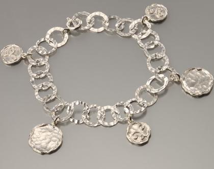 צמיד כסף מטבעות מרוקעות.