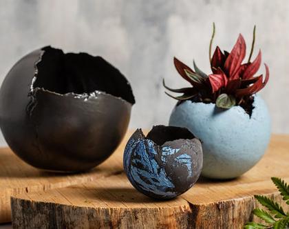 שלישיית עציצים כדוריים בגדלים שונים מקרמיקה בצבעים שחור, תכלת מגורען ושחור-כחול
