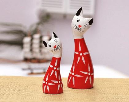 זוג פסלוני עץ של חתולים אדום ולבן