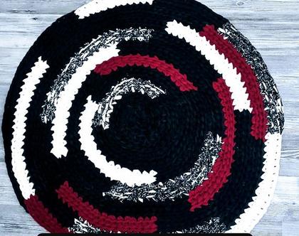 סבתא סורגת - שטיח כתמים על רקע שחור. קוטר 64סמ'