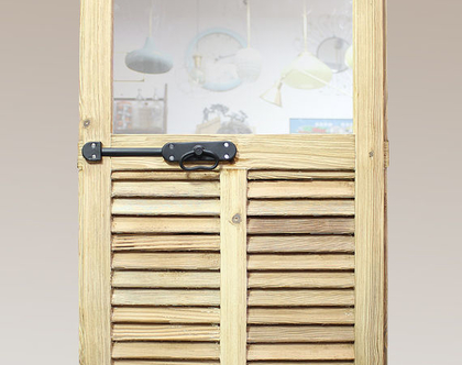 מראה בתוך תריס עץ עתיק, מראת חלון עתיקה