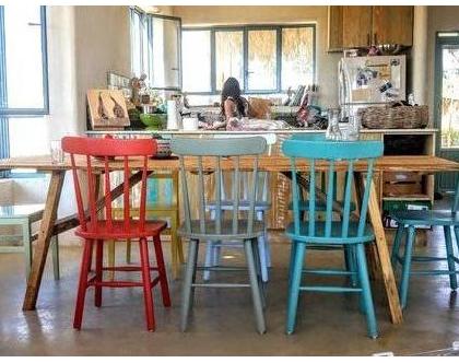 כיסאות בצבעים