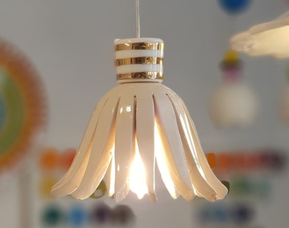 גוף תאורה קטנטן ואלגנטי מקרמיקה עם עיטור זהב, לחדר שינה למשל