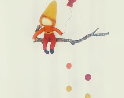 מובייל גמד, גמדון יושב על ענף אוחז בלון, מובייל לחדר ילדים, מובייל לתינוק/ת