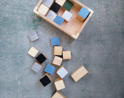 קוביות עץ צבועות בקופסא