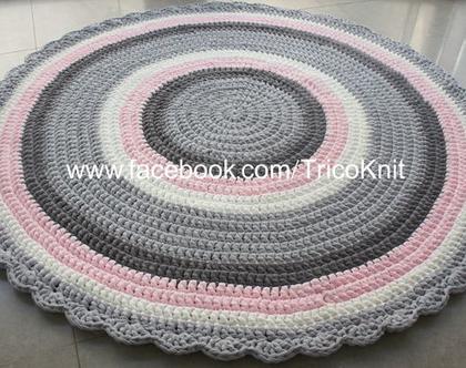 שטיח בגוונים אפורים, ורוד ושמנת בקוטר 1.50 מטר