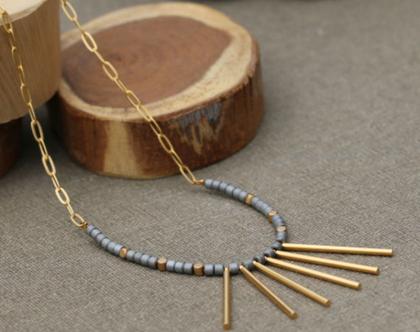 שרשרת מעוצבת ארוכה עם תליוני עמוד בצבע זהב ואפור / N-204