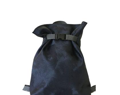 תיק גב כחול, מחומר טבעוני עם טקסטורה, כיס אחורי עם רוכסן, 4 תאים פנימיים, רצועות מתכווננות , רוכסן לסגירה ואבזם