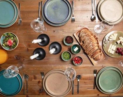 סט צלחות קרמיקה צבעוניות למנה ראשונה ומנה עיקרית, עשוי עבודת יד (מיוצר לפי הזמנה)