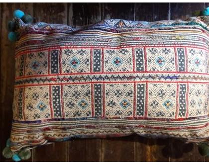 חסר - כרית נוי מלבנית משגעת לסלון ארוגה בבד מיוחד בצבע בז' שזור בחוטים צבעוניים ופונפונים בעבודת יד - משגעת
