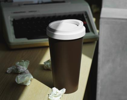 לפח אשפה שולחני שהתחפש לכוס קפה