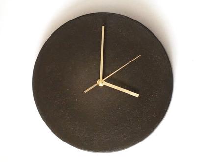 """שעון קיר מבטון שחור 25 ס""""מ קוטר, שעון קיר בטון, שעונים לתלייה, שעונים מעוצבים, עיצוב הבית, שעון קיר לסלון, שעון קיר למטבח, שעון קיר למשרד"""