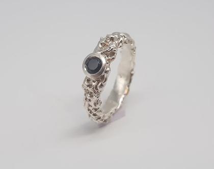 טבעת כסף מעוצבת, משובצת אבן אוניקס.