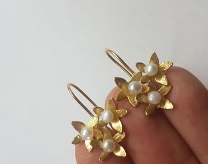 עגילי זהב תלויים, 3 פרחים עם פנינה, עגילים עדינים, עגילים לכלה, עגילי פרחים, עגילי פנינה, מתנה לחג, מתנה לאימא, לחברה, אפרת מקוב