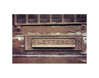 גלויה מצולמת. תיבת דואר ישנה. תיבת דואר עתיקה. דלת חומה עתיקה. פרינט מקורי. צילומים מקוריים. כרטיס ברכה. הדפס מקורי. הדפס דלתות עתיקות.