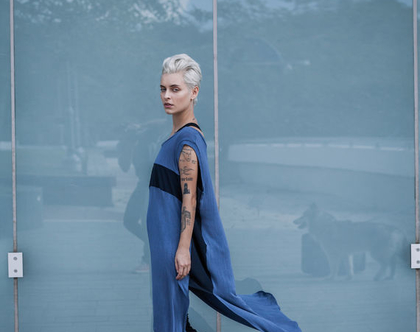 חדש! טוניקה ארוכה שקופה , מבד כחול, עם פאנלים כחולים בצדדים וחזה.