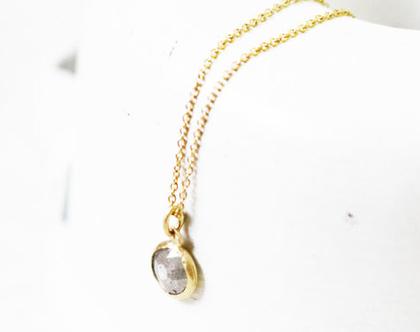 יהלום אפור עגול עטוף בזהב 14kעל שרשרת לולאות עדינה