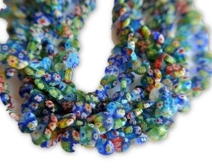 חרוזי זכוכית צבעוניים כחולים וירוקים עם פרחים מעוטרים בשלל צבעים