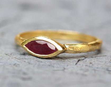 טבעת אירוסין מיוחדת, טבעת רובי, טבעת אירוסין, מתנה לאישה, טבעת זהב עם אבן חן, טבעת זהב רובי, טבעת זהב עתיק, רובי , טבעצ זהב עדינה, זהב אמיתי