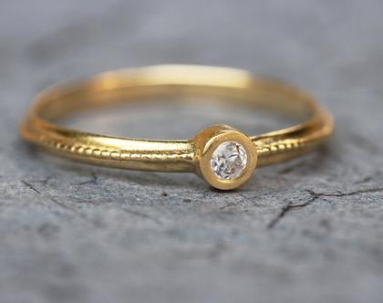 טבעת יהלום, טבעת אירוסין, טבעת אירוסין עם יהלום, טבעת כדורוני זהב, טבעת יהלומים דקה, טבעת אירוסין עדינה, טבעת זהב עם יהלום, טבעת מיוחדת