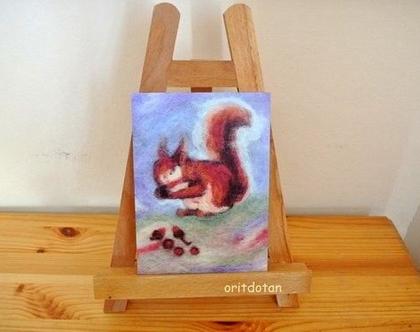 תמונה לילדים, כרטיס ברכה לילדים, סנאי אוכל אגוז, הדפס על נייר של תמונה מקורית שצוירה בצמר כבשים צבעונ