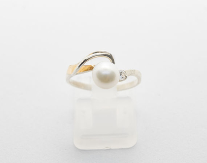 טבעת כסף בשילוב זהב משובצת עם פנינה.