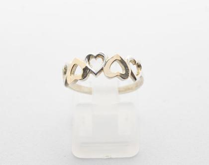 """טבעת כסף בשילוב זהב """"לבבות""""."""