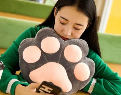 כרית בצורת רגל של כלב הכוללת מקום לידיים