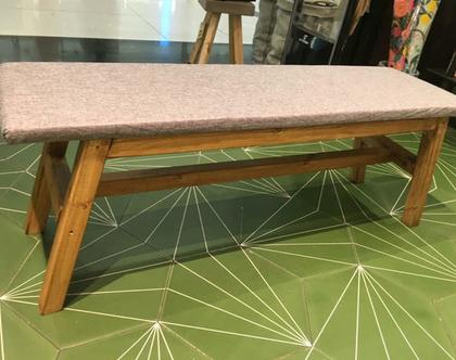 ספסל טרפזי - ספסל עץ בעל מושב מרופד רגלי טרפז לישיבה ונוי