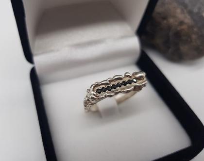 טבעת כסף 925 מעוצבת בצורת מלבן צר ומשובצת אבני אוניקס