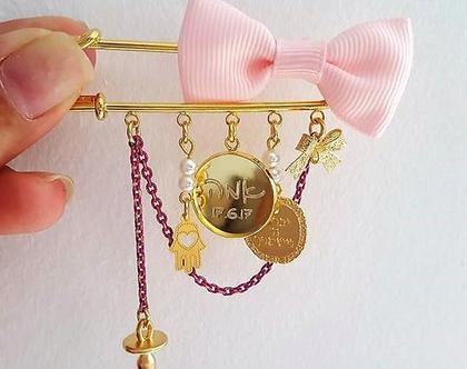 סיכה לעגלת תינוקת (בנות) בציפוי זהב/כסף בעיצוב אישי בתוספת שרשרת צבעונית