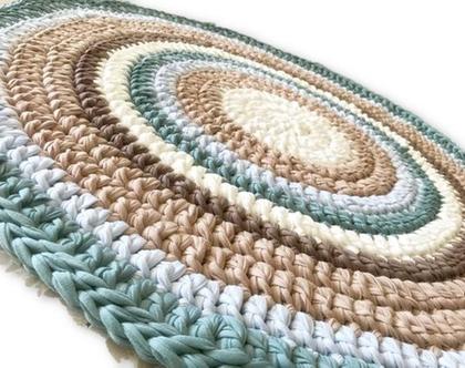 שטיח לחדר הילדים ולכל פינה בבית, שטיח עגול במראה כפרי, שטיח סרוג בחוטי טריקו בגוונים מעושנים של תכלת, בג' שמנת  שטיח לחדר ילדים