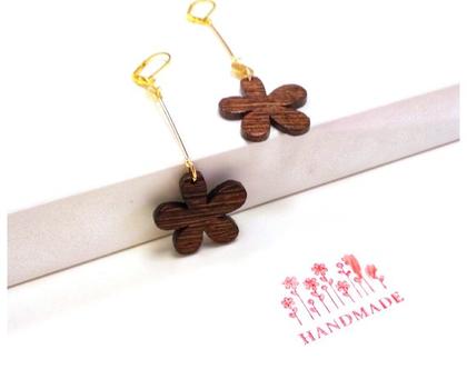 עגיל פרח עץ אסימטרי. עגילים אסימטריים. תכשיטים א סימטריים. תכשיטים מגניבים. עגיל מגניב. עגיל ארוך מיוחד. עגיל טרנדי