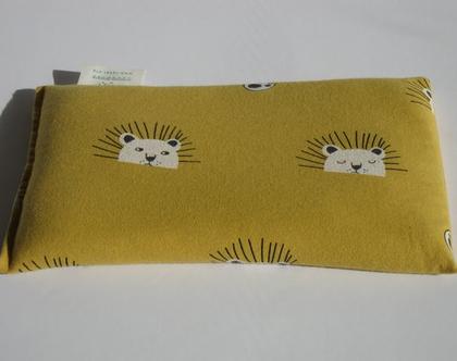 כרית גדולה לחימום במיקרוגל עם ניחוח לבנדר טבעי ומרגיע, מבד פלנל בהדפס של אריות מתוקים על רקע בצבע חרדל.