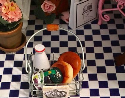 מיניאטורות - 1/12 מיניאטורה של סלסלת מתכת עם ידית ובתוכה לחמים, בקבוק חלב וצנצנת ריבת ענבים לבית בובות, לשידה, למזנון, על מדף | עבודת יד