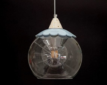 """מנורת זכוכית קוטר 25 ס""""מ עם עיטור בתכלת וזהב"""
