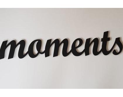 שלט moments בצבע פחם