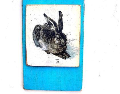 הארנב של דרוור, שלט עץ