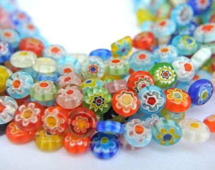 """חרוזי זכוכית צבעוניים עגולים שטוחים גודל חרוז 8 מ""""מ וגובהו 3.5 מ""""מ -עיצוב פנימי של החרוז-פרחים בצבעים שונים"""