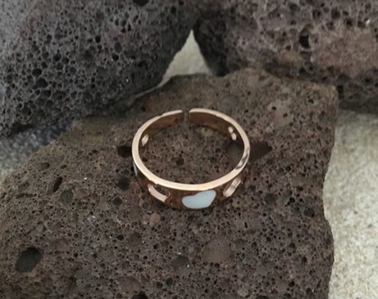 טבעת זהב חישוק לבבות לבנים, טבעת חישוק עדינה,stainless steel ring, טבעת מעצבים ציפוי זהב, טבעת ניתנת להרחבה,Nickel free