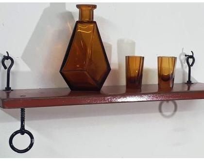 מדף לולאות מעוצב עשוי מעץ וברזל בצבע אדום, מדפים מעץ, מדפי עץ, מדף מעץ ממוחזר, עץ וברזל