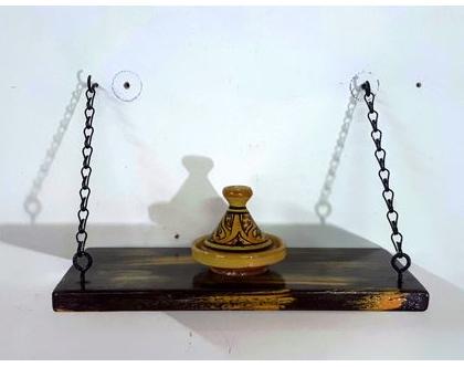 מדף נוי מעוצב מעץ ותלוי בשרשרת ברזל בגווני חום-כתום, מדף מעוצב, מדפי עץ, מדף מעץ ממוחזר, עץ וברזל