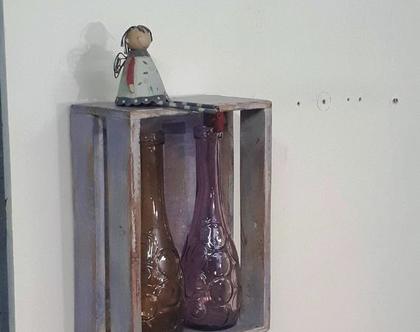 מדף מעוצב בצורת ארגז עץ וינט'ג בצבע אפור-סגול., מדפים מעץ, מדפי עץ, מדף מעץ ממוחזר,קיר ותמונות