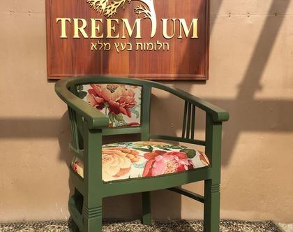 כיסא עץ מלא מדליק