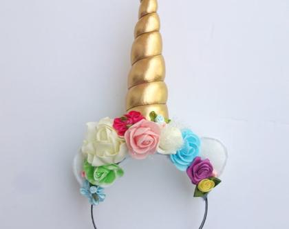 קשת חד קרן זהב עם פרחים צבעוניים